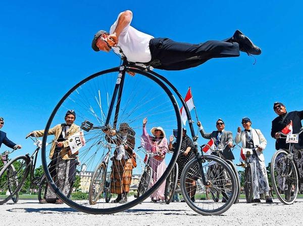 Mit Kostümen und historischen Fahrrädern fahren in Karlsruhe Teilnehmer zum 200. Geburtstag der Draisine.