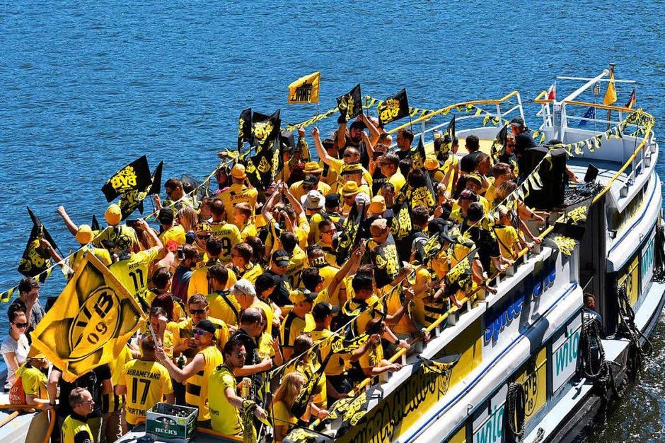 Gelb-schwarzes Warm-up der BVB-Fans vor dem Spiel bei einer Bootsfahrt auf der Spree. (Foto: dpa)