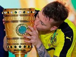 So knutschen die Dortmunder Spieler den DFB-Pokal