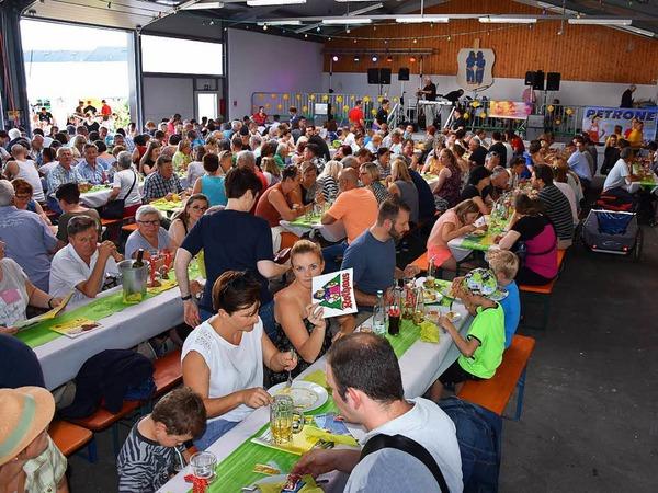 Das Erdbeer- und Spargelfest der Dunnerloch-Zotteli Grenzach-Wyhlen zeichnet sich nicht nur durch feines Essen sondern auch durch eine sehr gute Organisation aus. Das wissen die Gäste zu schätzen, die auch dieses Wochenende nach Wyhlen strömten.