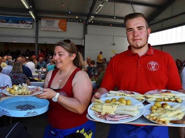 Eindrücke vom Fest...Alle Hände voll zu tun hatten die Bedienungen beim Fest, vor allem zur Mittagessenszeit waren die Spargel-und Erdbeergerichte heiß begehrt