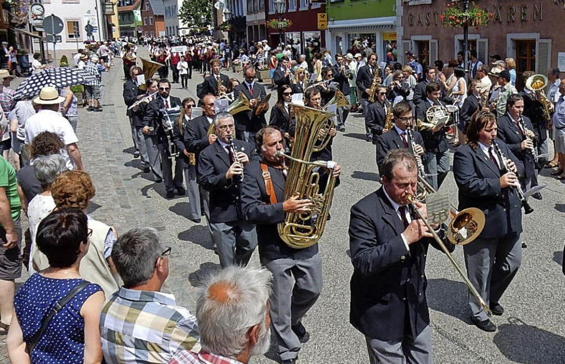 Marschmusik dominierte beim Jubiläumsumzug durch Elzach.  | Foto: Kurt Meier