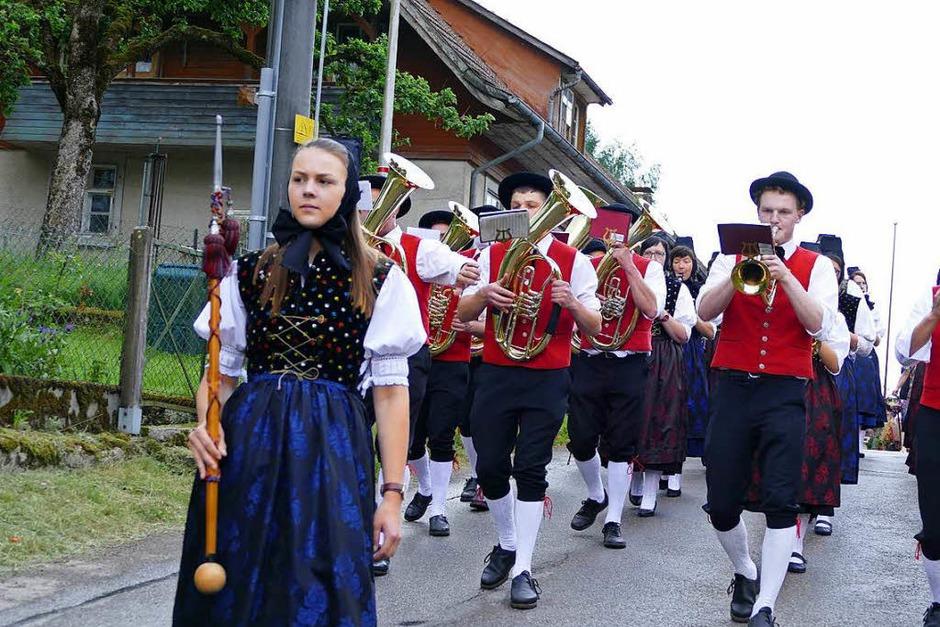 Bunte Trachten, flotte Blasmusik, Fanfaren und alte Uniformen: Das Kreistrachtenfest in Fröhnd war wieder eine Freude für Augen und Ohren. (Foto: Robert Bergmann)