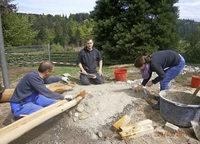 Väter bauen Wasserlauf