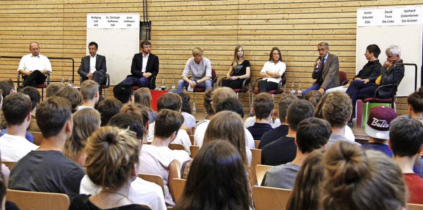 Konzentriert folgten die Gymnasiasten der Diskussion auf dem Podium.  | Foto: A. Huber