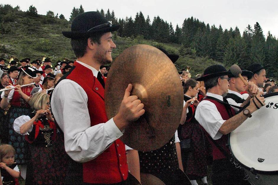 Am Sonntag war den ganzen Tag über viel los im Zelt des Musikvereins Urberg, vom Festgottesdienst bis zum Spiel des Gesamtchores der elf Musikvereine im Bezirk. (Foto: Karin Stöckl-Steinebrunner)