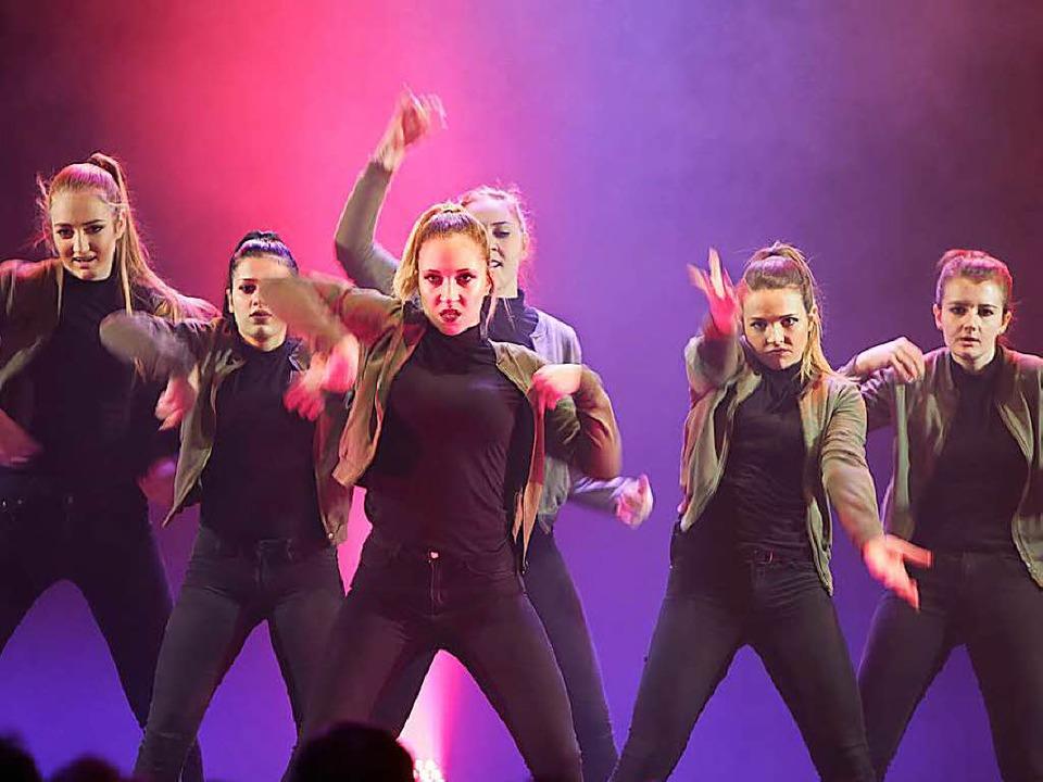 Die Tänzerinnen des TSC  Schwarz-Weiß ...nen Dezember  für den Dance World Cup.  | Foto: Christoph Breithaupt
