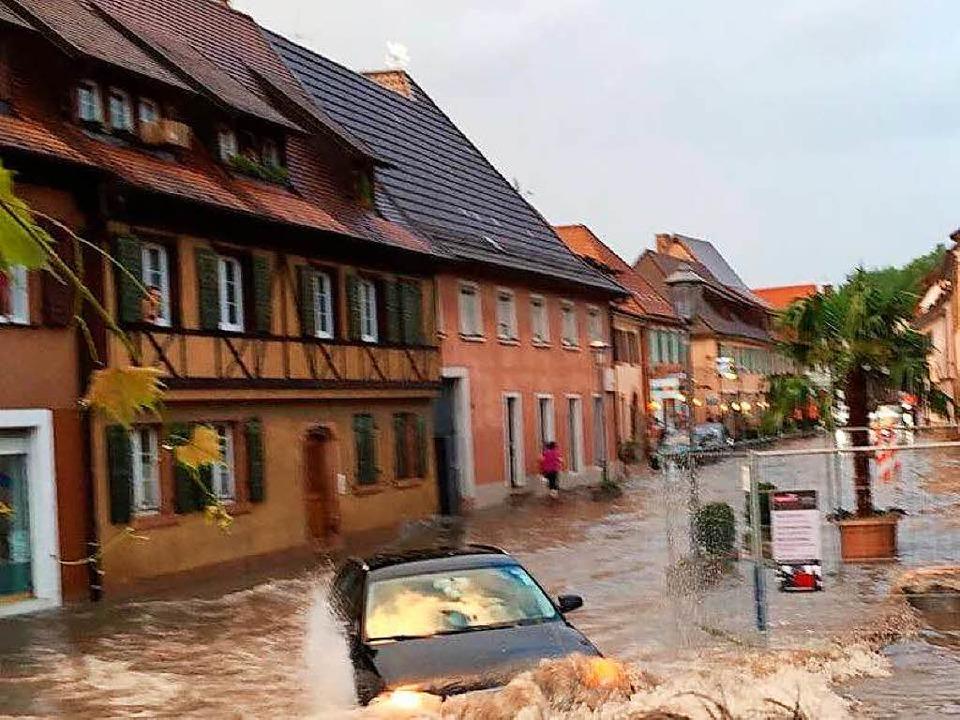 Hochwasser in der Hauptstraße in Endingen  | Foto: Oliver Maier