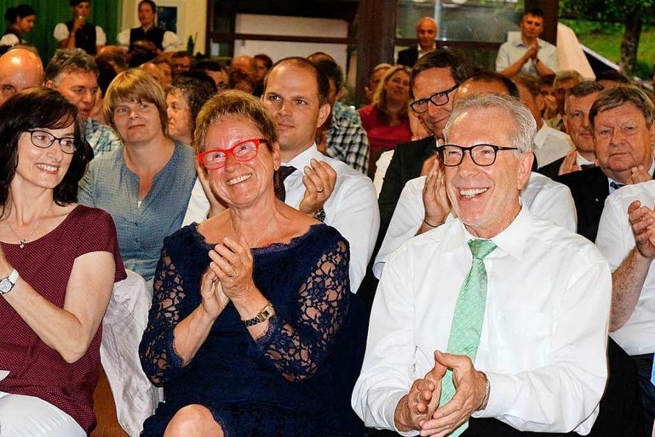 Reinhold Scheer und seine Gattin freuten sich über die tollen Geschenk-Ideen, wie die Reise nach Wien mit Tickets für die WM in Latein-Amerikanischen Tänzen. (Foto: Karin Heiß)