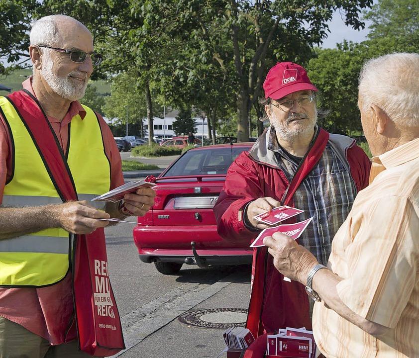 Über die Zukunft der Rente informierte...ieder Müller beim Müllheimer Bahnhof.   | Foto: Volker Münch