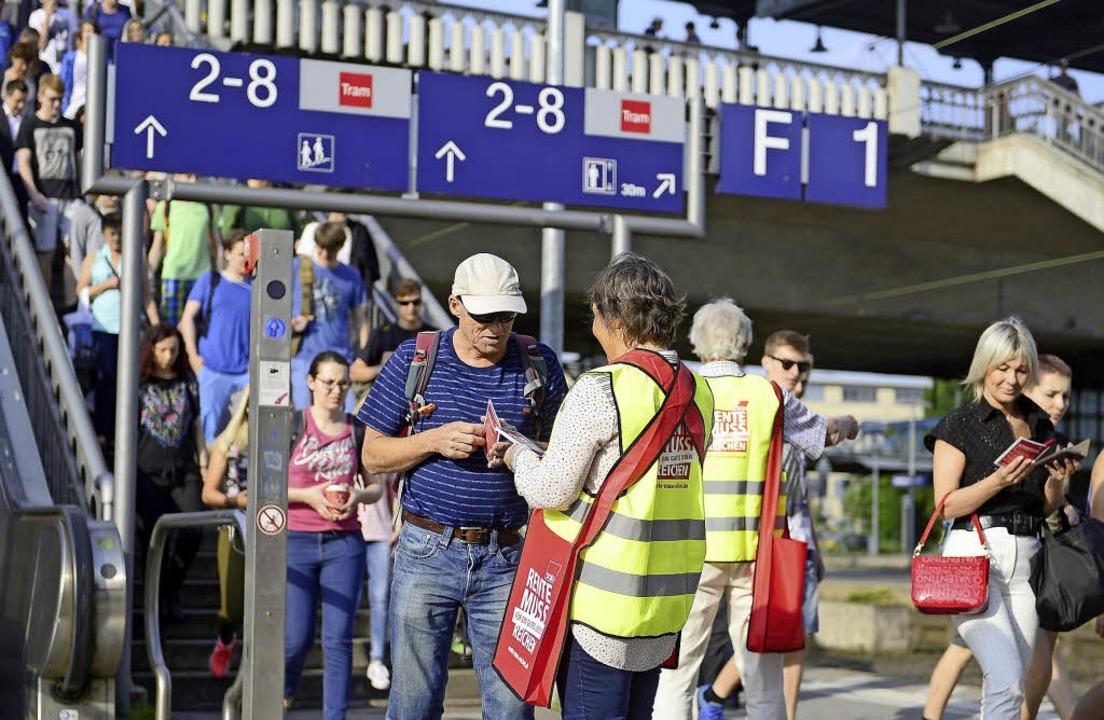 Aktionstag: Gewerkschaftsmitglieder ve...gen für eine existenzsichernde Rente.   | Foto: I. schneider