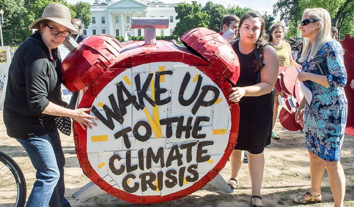 Vor dem Weißen Haus demonstrieren Frau...r Klimaschutzabkommen aufzukündigen.    | Foto: afp