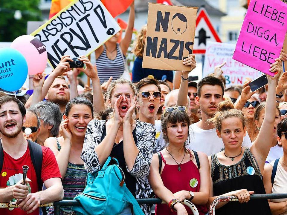 Zahlreiche Menschen demonstrierten in ...en einen Aufmarsch von Rechtsextremen.  | Foto: dpa