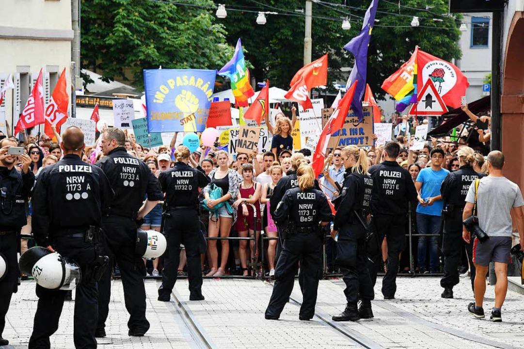 Zahlreiche Menschen demonstrierten  in...en einen Aufmarsch von Rechtsextremen.  | Foto: dpa