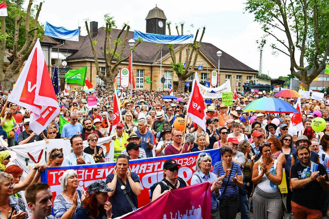 Zahlreiche Menschen demonstrieren  in ...en einen Aufmarsch von Rechtsextremen.  | Foto: dpa