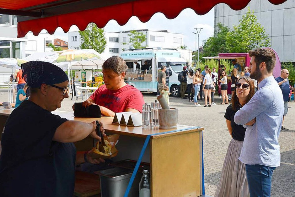 Beim Food Truck-Fest in Grenzach-Wyhlen gab es zahlreiche kulinarische Köstlichkeiten und zum süßen Abschluss Lebkuchenherzen. (Foto: Horatio Gollin)