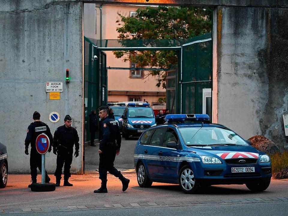 Einsatzkräfte vor dem Gefängnis in Ensisheim.  | Foto: AFP
