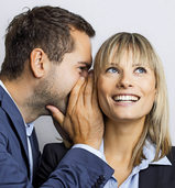 Klatsch und Tratsch in der Firma: Wer zu begeistert mitmacht, gefährdet seine Karriere