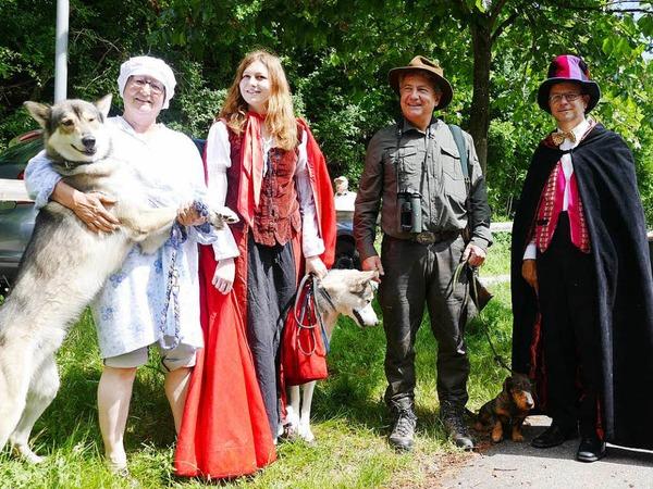 """Die Darsteller: """"Oma"""" (Angie Paulsen), Rotkäppchen (Jessica Paulsen), Jäger (Andreas Hofstetter) und Märchenerzähler Tharsi Berling."""