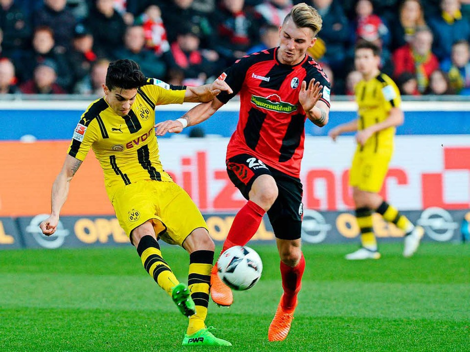Künftig Teamkollegen: Maximilian Phili...chts) und BVB- Verteidiger Marc Bartra  | Foto: dpa