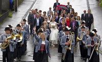 Musikverein, Feuerwehr und Sportverein gratulieren