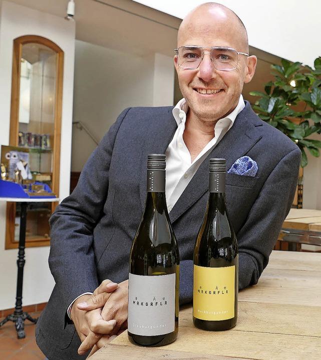 Hagen Rüdlin und zwei Flaschen der neu...hr minimalistisches Etikett auffällt.   | Foto: Langelott
