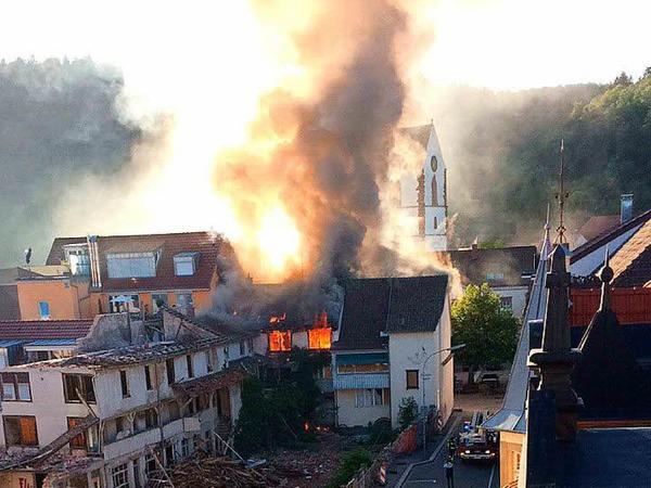 Bei dem Brand mit den teils 20 Meter hohen Flammen ist glücklicherweise niemand verletzt worden.