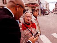 Video: Seniorin hilft Smartphone-Nutzern über die Straße