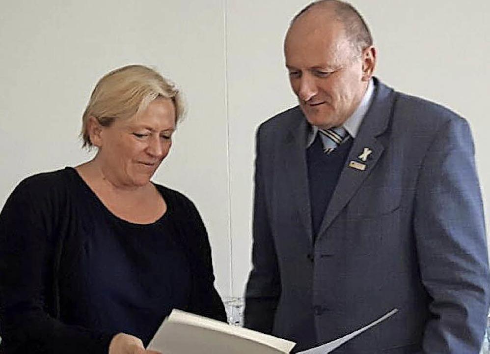 Susanne Eisenmann überreicht Jürgen Langer die Ehrennadel.    Foto: privat