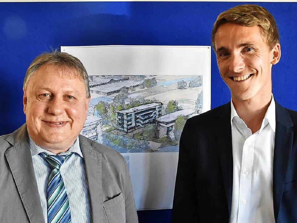 Martin Weiner (links) und Rapahel Walz...ue Bauprojekt an der Blumenstraße vor.  | Foto: Max Schuler