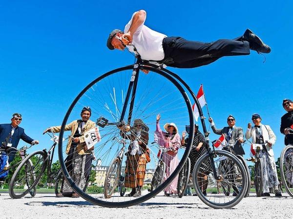 Historische Räder in Karlsruhe: Der Vorläufer des Fahrrades, das Laufrad von Karl Drais, feiert seinen 200. Geburtstag