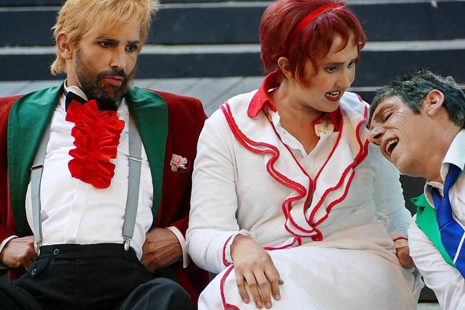 Die beiden Junker  Tobias von Rülp (Ben Lambracht, links) und Andreas von Bleichenwang (Harald Bürgin) mit Maria (Johanna Herdemerten) (Foto: Frank Kreutner)