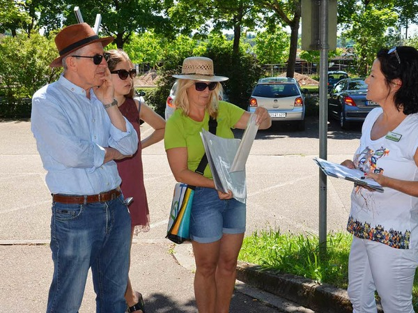 Führung über das LGS-Gelände und durch das Weingut Wöhrle: OB Wolfgang G. Müller (links) begrüßte die Teilnehmer.