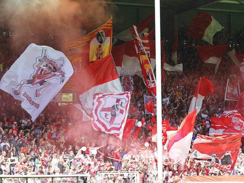 Fans bei der Partie SC Freiburg gegen FC Ingolstadt am 13. Mai  | Foto: Joachim Hahne