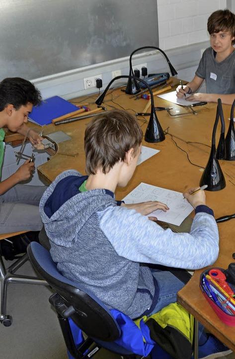 Schüler probieren verschiedene Berufe aus.  | Foto: Anita Fertl