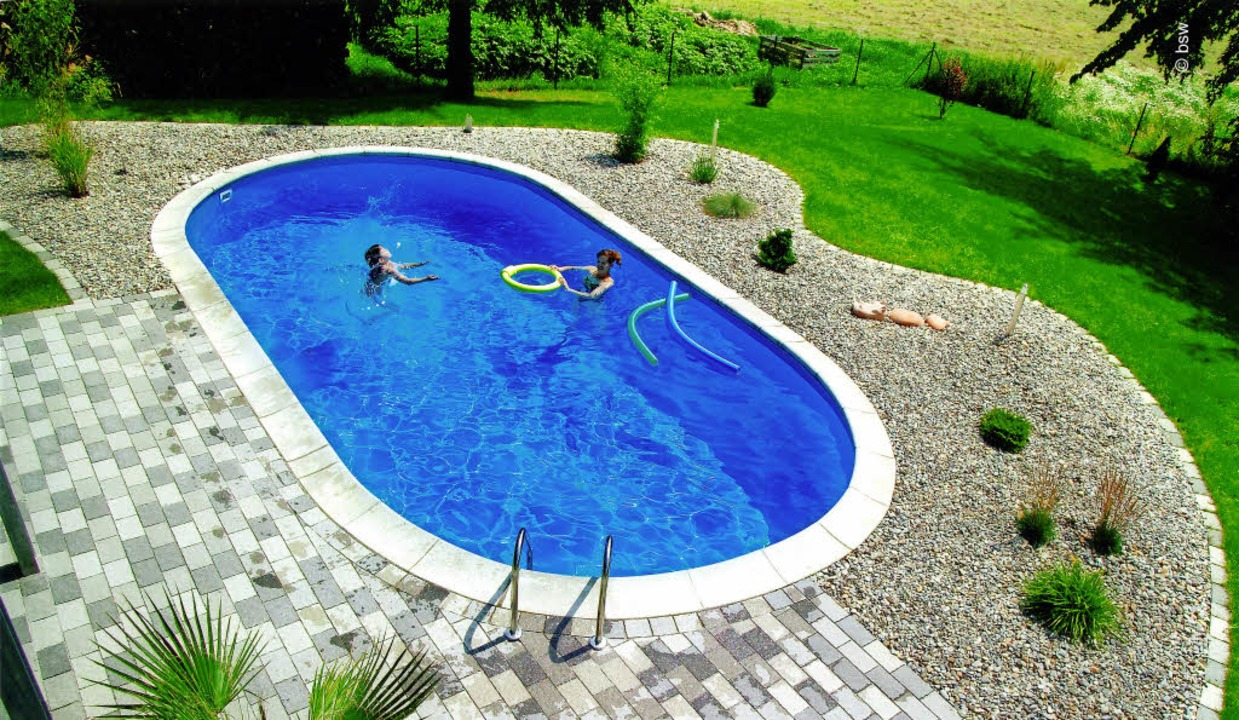 Dank Pool und schön gestaltetem Garten... das Grundstück zum Wellnessparadies.     Foto: picture alliance /dpa-tmn