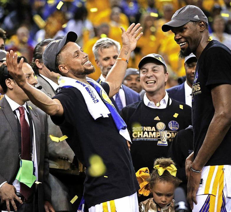 Komm in meine Arme, scheint Stephen Cu...State Warriors mit dem Titel gekrönt.   | Foto: dpa