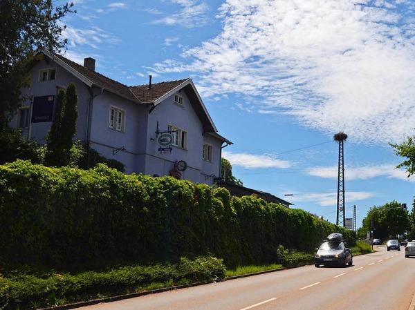 Direkt zwischen der Ortsdurchfahrt von Schallstadt und dem Bahnhof thront das Storchennest auf dem Strommast.
