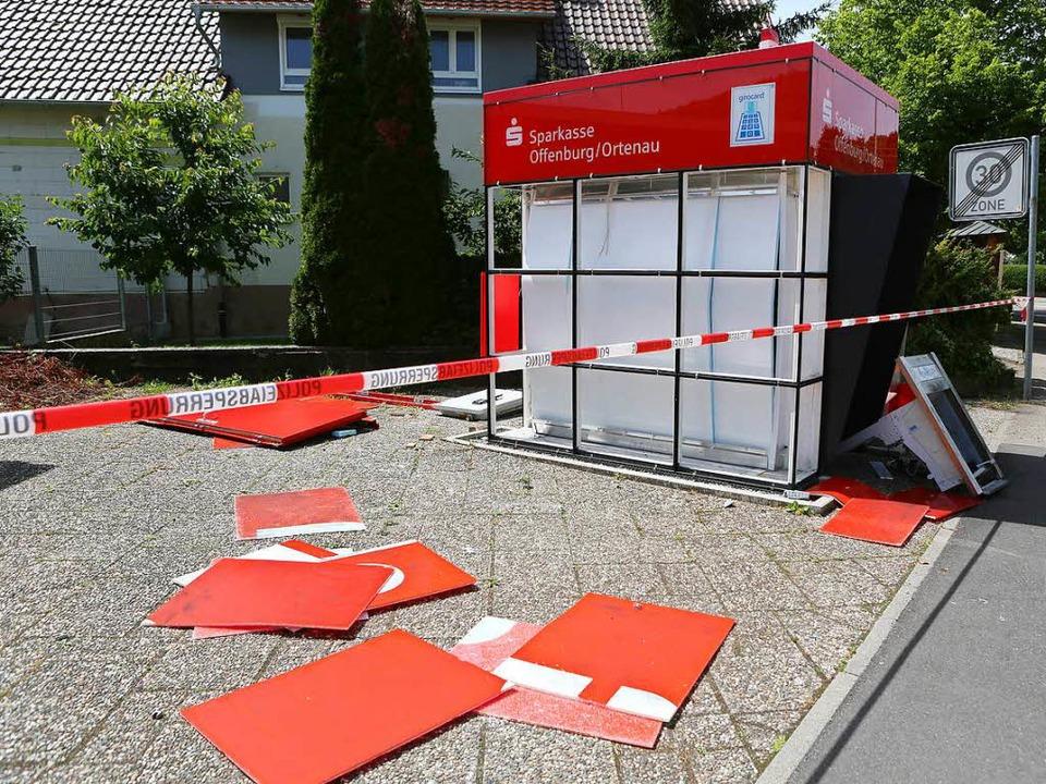 Durch die Wucht der Explosion wurde di... der Sparkasse meterweit geschleudert.    Foto: Christoph Breithaupt