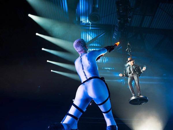 Zu Beginn des Konzerts schwebte Lindenberg auf die Bühne.