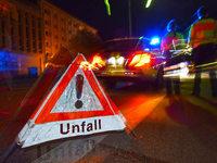 Betrunkene prallt mit Auto gegen Betonsockel – Zwei Schwerverletzte