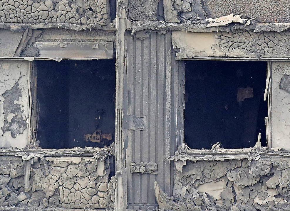 Alle Wohnungen des Hochhauses sind ausgebrannt.   | Foto: dpa