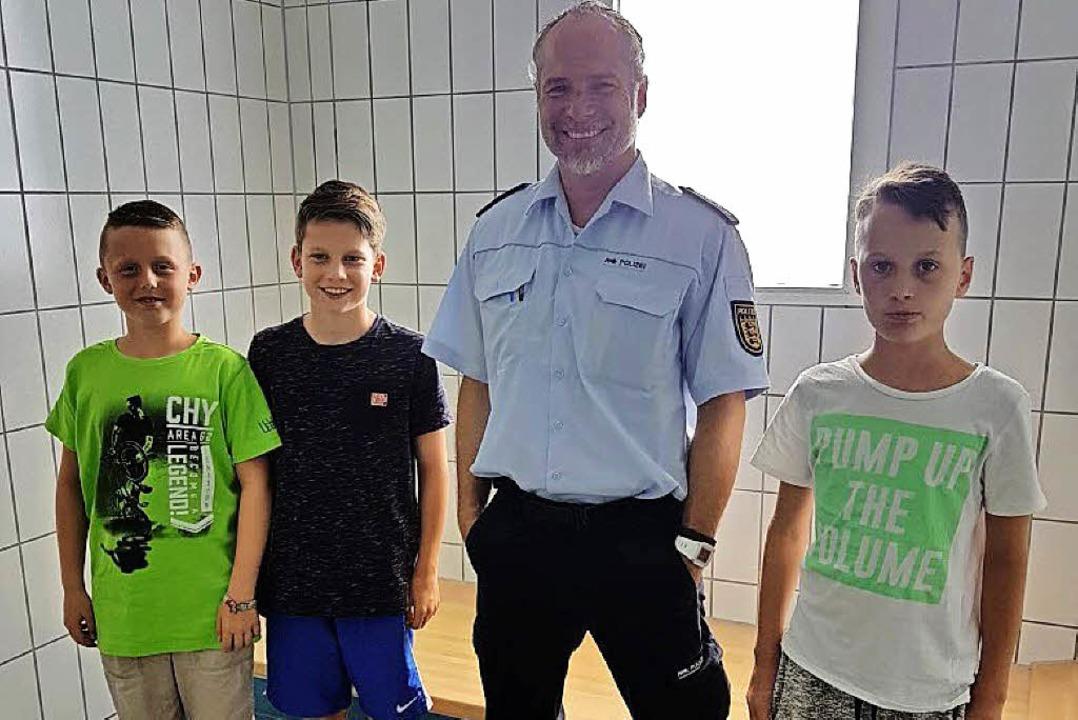Polizeihauptkommissar Marc Wildt zeigt... unter anderem  eine Zelle von innen.   | Foto: Privat