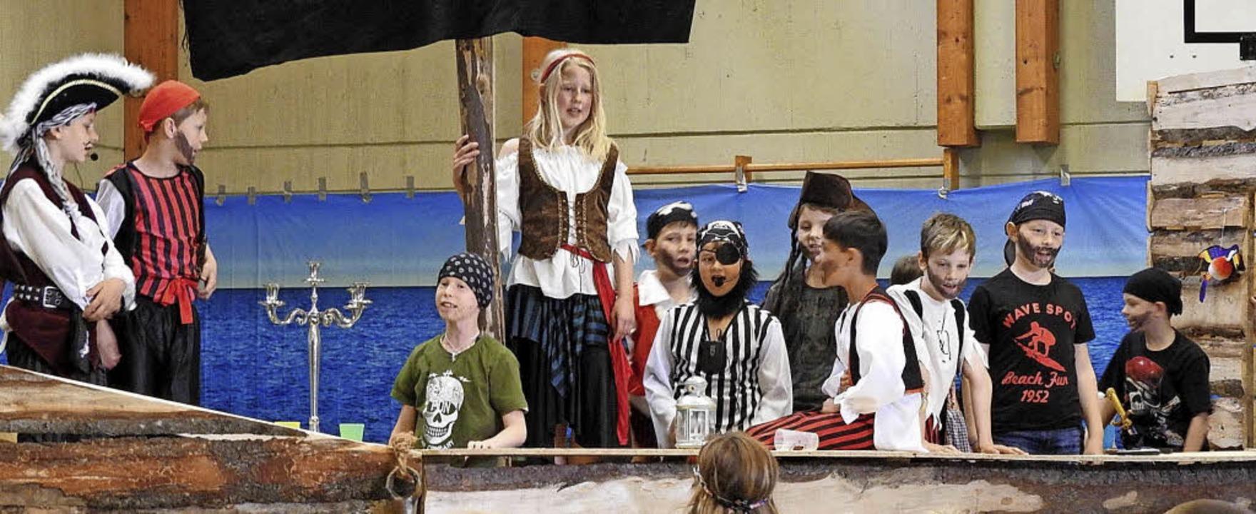 Die Piratenbande schipperte mit einem selbst gebauten Schiff über die Bühne.   | Foto: Privat