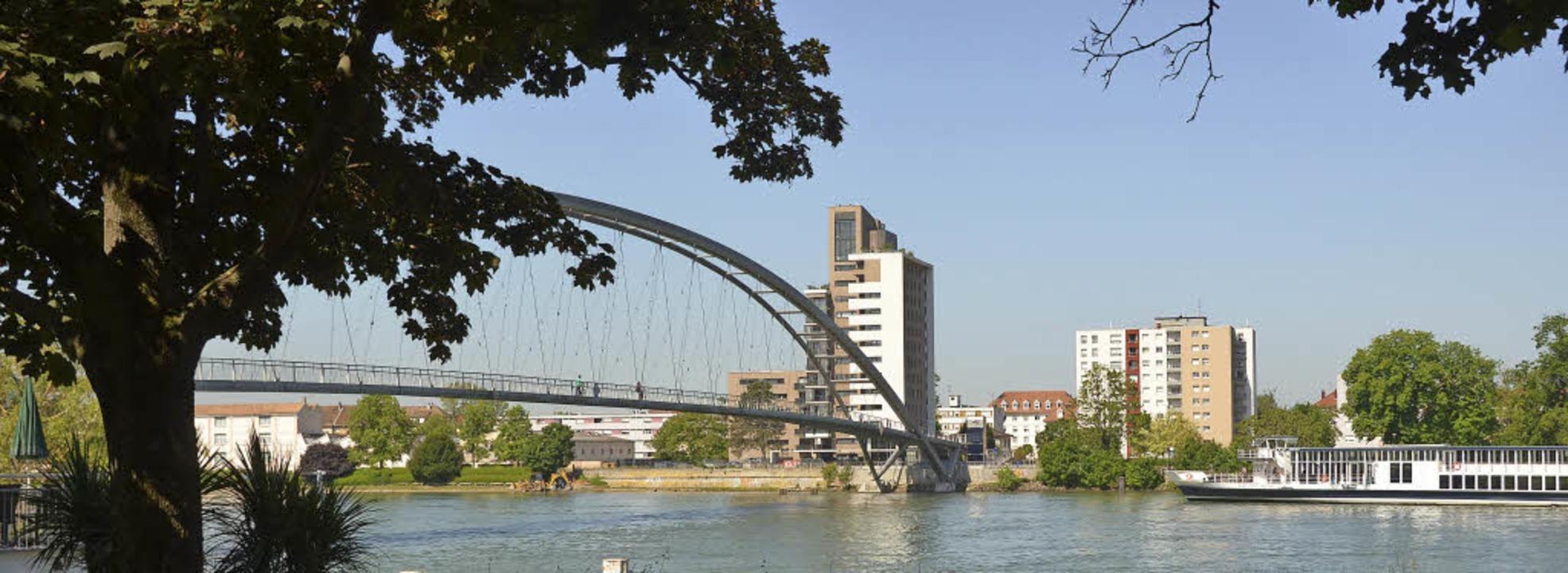 Die Dreiländerbrücke steht im Mittelpunkt des Jubiläumsfestes am 1. und 2. Juli.  | Foto: LANGELOTT