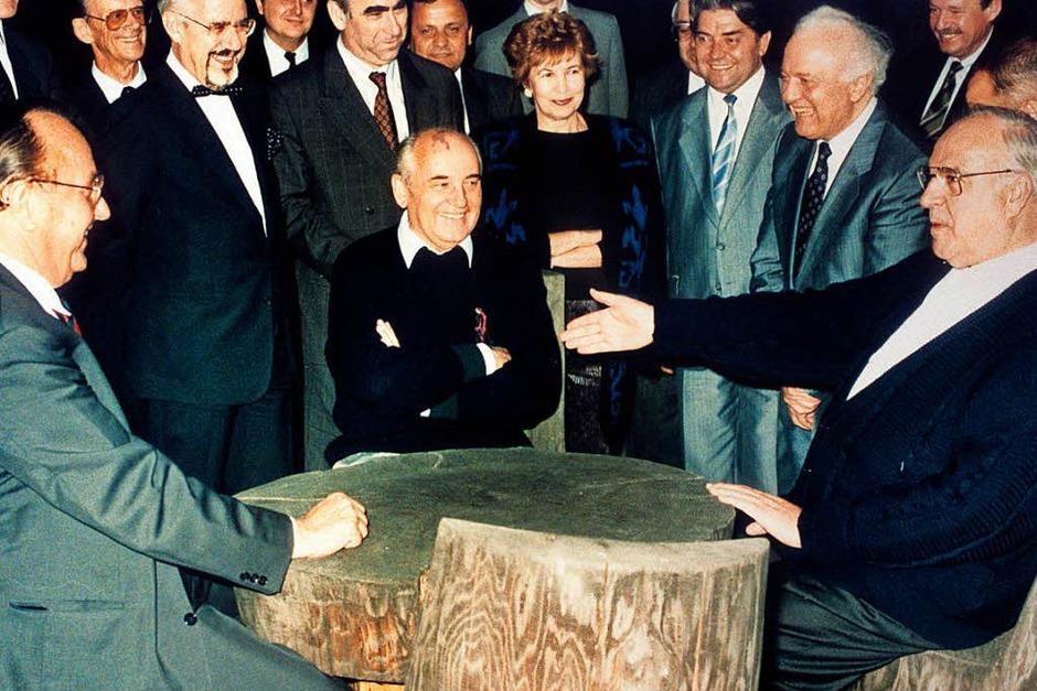 Helmut Kohl (r), der sowjetische Staatspräsident Michail Gorbatschow (M) und Bundesaußenminister Hans-Dietrich Genscher (l) unterhalten sich am 15.07.1990 in entspannter Atmosphäre. (Foto: dpa Pool)