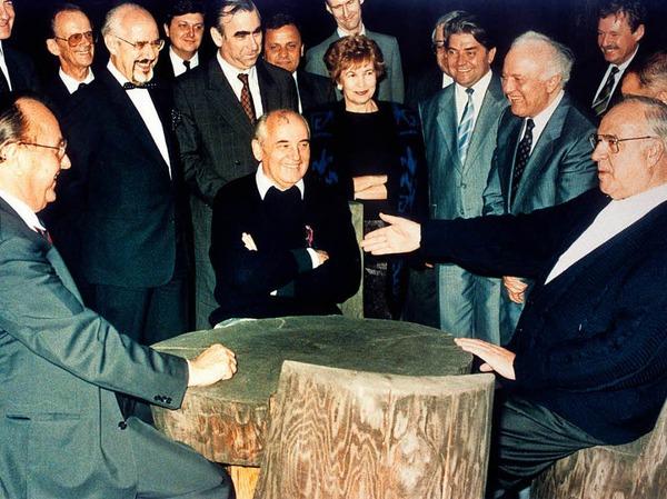 Helmut Kohl (r), der sowjetische Staatspräsident Michail Gorbatschow (M) und Bundesaußenminister Hans-Dietrich Genscher (l) unterhalten sich am 15.07.1990 in entspannter Atmosphäre.