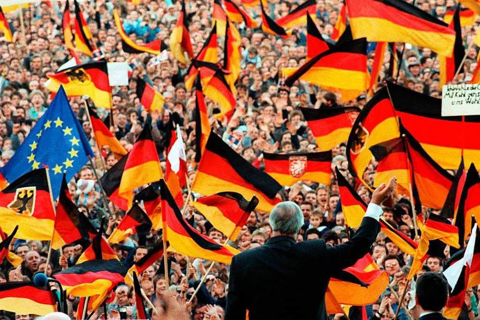Bundeskanzler Helmut Kohl winkt am 20.2.1990 bei einer Wahlkampfveranstaltung in Erfurt. (Foto: dpa)