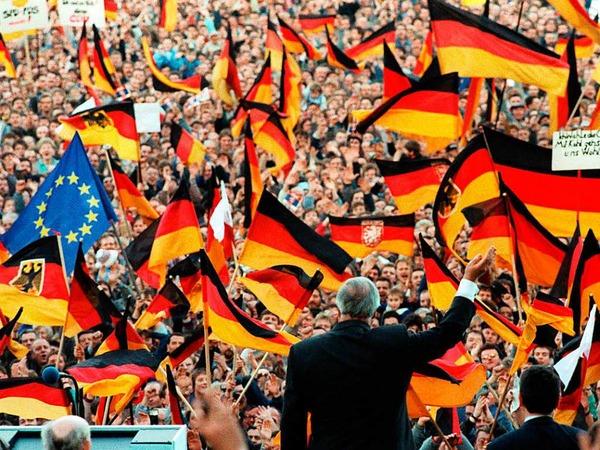 Bundeskanzler Helmut Kohl winkt am 20.2.1990 bei einer Wahlkampfveranstaltung in Erfurt.