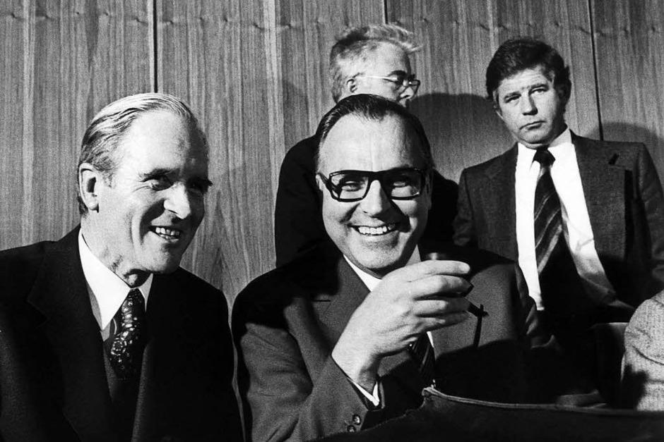 Helmut Kohl (mitte) mit CDU/CSU-Fraktionsführer Karl Carstens (links) in der Nacht als Willy Brandt vom Amt des Bundeskanzlers zurücktrat. (7. Mai 1974) (Foto: dpa)